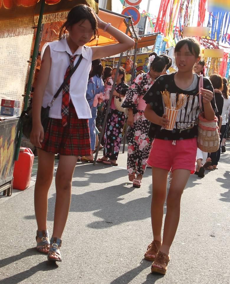 ミニスカート女子中学生の太ももやパンチラを街角盗撮した